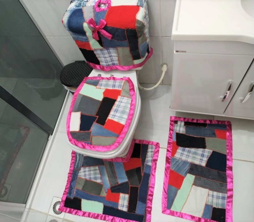BATHROOM SET WITH PATCHES AND SATIN BIAS