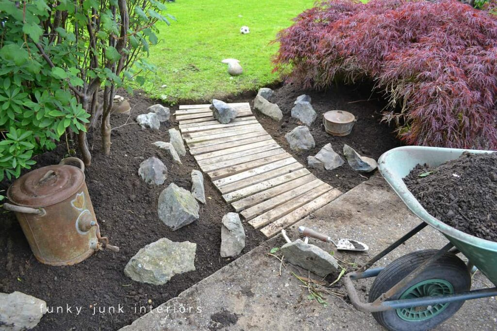 Links a path to a lawn through the garden with a wooden path