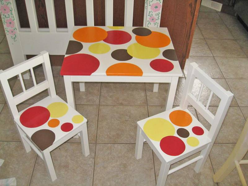 set of table and chairs with circles